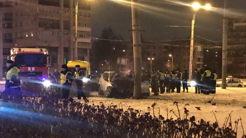 ВПетербурге автомобиль врезался встолб, есть жертвы